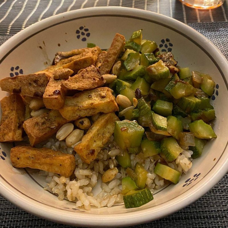 Star of this mess is not the tofu, the zucchini or the peanuts but the rice